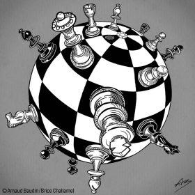 Pièces du jeu d'échec disposées sur un damier sphérique