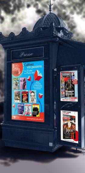 Photo d'un kiosque parisien exposant certaines de mes affiches