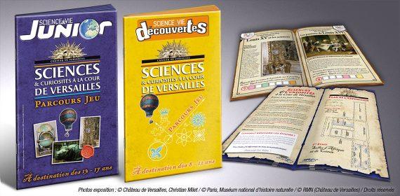 Photo de deux fascicules de jeux pour enfants lors d'une exposition au château de Versailles